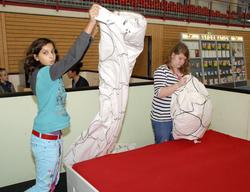 Lisa Harleen Schönfeld (l.) und Hanna Böttcher (r.), Schüler der 7a an der »Oscar-Kjellberg-Oberschule« Finsterwalde, stellten ihre Stärken beim Bettenbau unter Beweis.