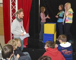 Freiwillige ab auf die Bühne: Hier konnten sich Jugendliche unter Anleitung in neuen, für sie ungewohnten Rollen ausprobieren.