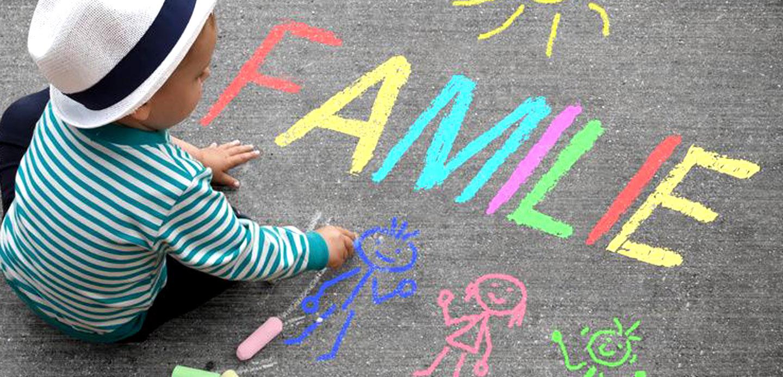 Kinderzeichnung mit Kreide - Familie