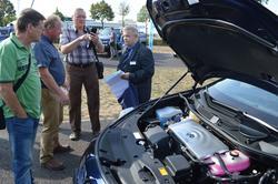 Fachsimpeln über den Toyota Mirai, der mit Brennstoffzellen, also mit Wasserstoff fährt.