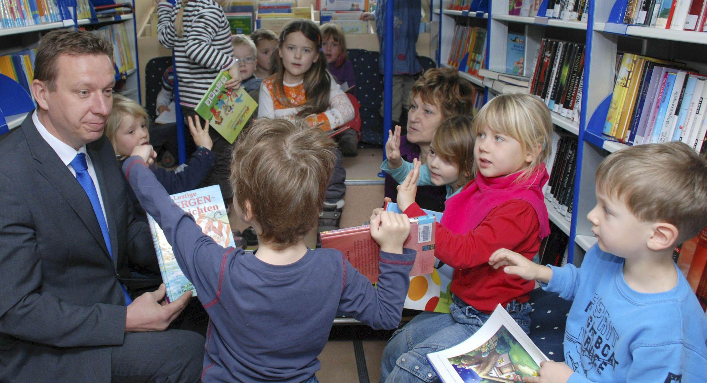 Landrat mit Kindern im Bücherbus